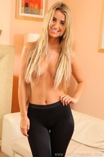 Stunning Blonde Hollie D In Black Shiny Tights - Picture 15