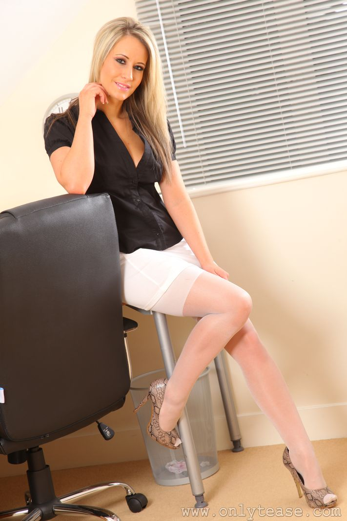 Seductive office secretary Lichelle Marie strips and teases pussy № 884000 бесплатно