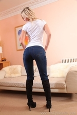 Stunning Blonde Summer In Very Tight Jeans - Picture 4