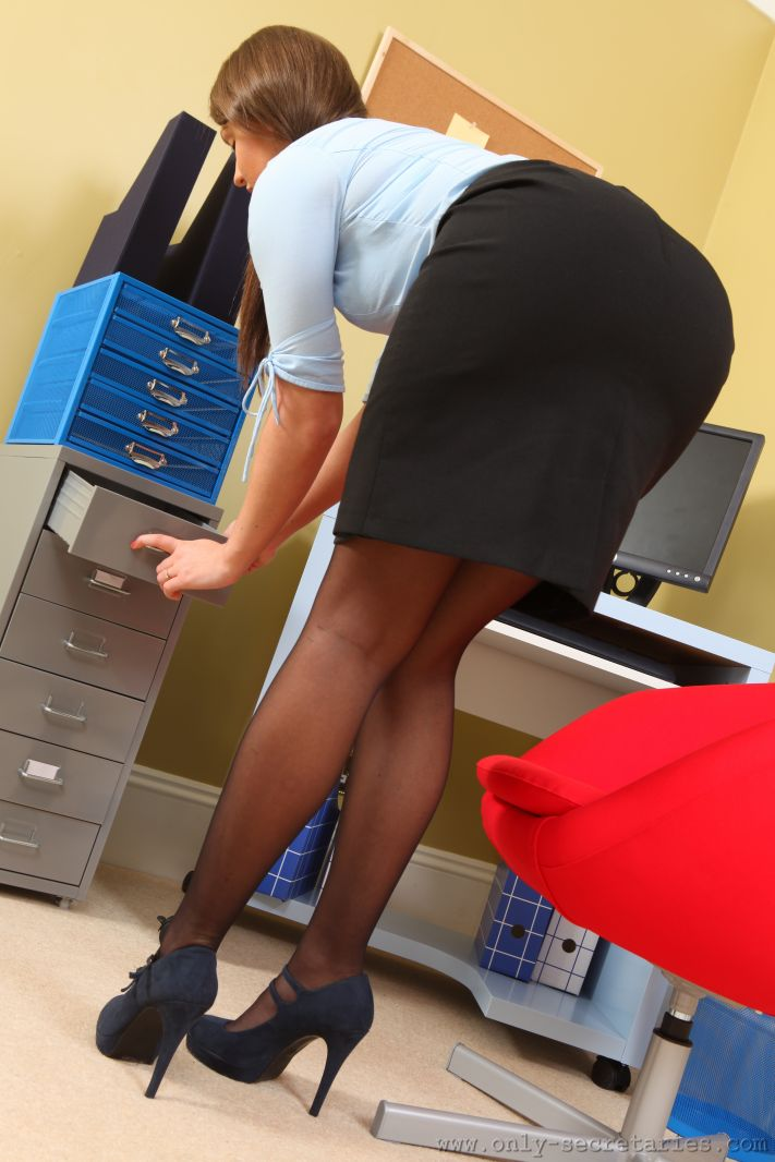 Brunette secretary Kelsi Monroe sheds skirt before hardcore sex in office  1283547
