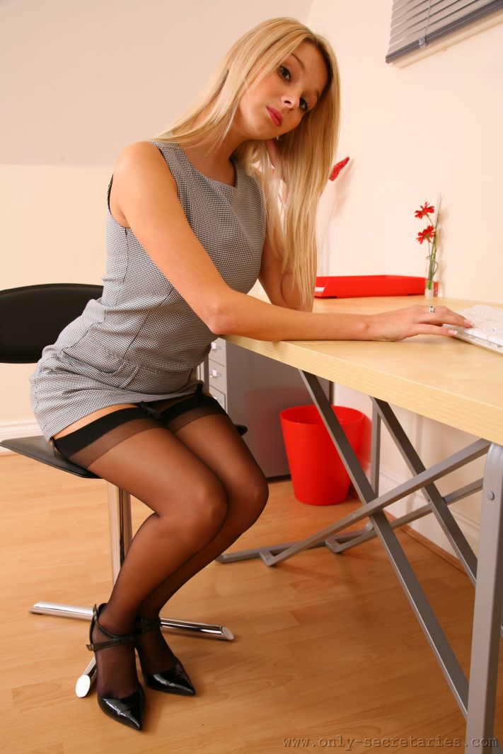 Сладенькая секретарша в короткой юбке и в чулках