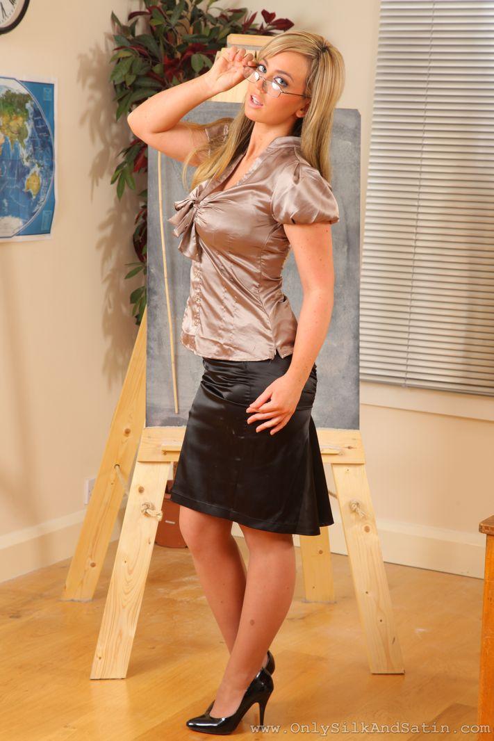 Голые попы под юбками упускайте